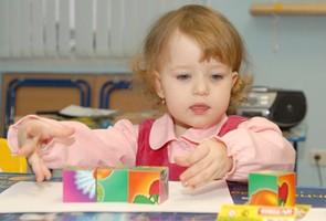 малыш и кубики